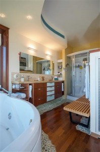 חדר האמבטיה עם רצפת חלוקי נחל משולבת בפרקט